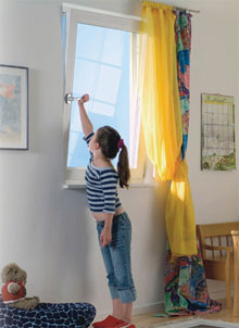 Маленька девочка открывает окно Новотекс